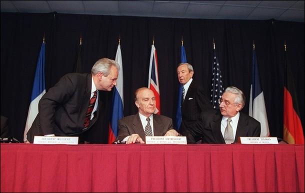 Slobodan Milosevic (L), president of the