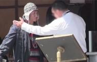 Restoransko osoblje je odbilo da usluži beskućnika, a onda se vratio kao bogataš .. – VIDEO