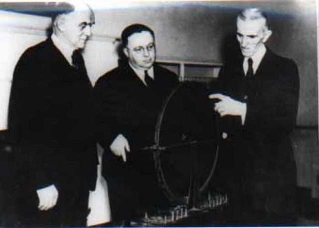 Nikola-Tesla-with-Westinghouse-Engineers-explaining-his-model-of-Rotating-Magnetic-Field