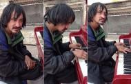 30 godina je beskućnik, i niko nije znao da ima ovakav talenat, sve dok mu nisu dali klavir – VIDEO
