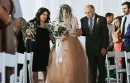 BILA JE PARALIZOVANA 8 GODINA: Deda je na venčanju doveo do oltara a onda se dogodilo pravo čudo – VIDEO
