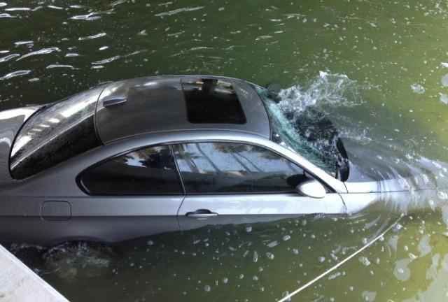 Šta treba da radite ako upadnete automobilom u duboku vodu – VIDEO