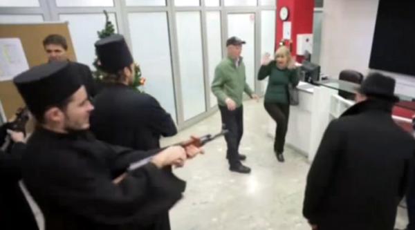 """Lažni popovi harali na Božić, """"Hristos se rodi ovo je pljačka"""" – VIDEO"""