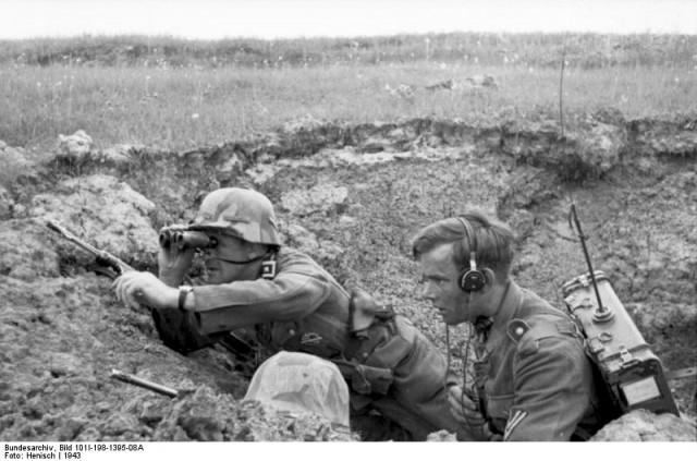 Russland, Soldat und Funker in Deckung