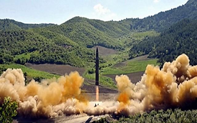 AMERIKA NEPRIJATNO IZNENAĐENA: Kimova raketa mnogo jača nego što se mislilo, srušila i deo planine