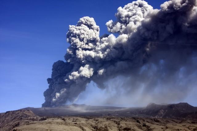 Turisti ušli u krater a onda je vulkan eruptirao – VIDEO