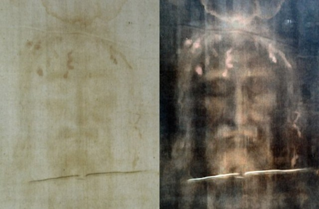 Torinski pokrov vidljiv golim okom Desno negativ sa likom coveka za koji mnogi hriscani veruju da je Isus