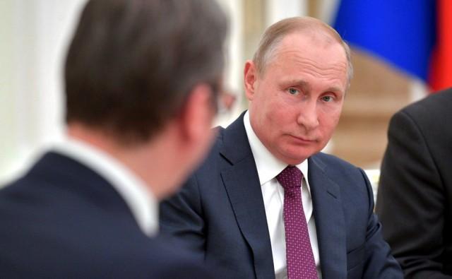 Putin poklonio Vučiću pušku!? – FOTO
