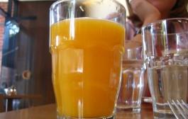 Iznenađujuća naučna studija: Samo jedan sok dnevno obogaćen šećerom  povećava rizik od raka