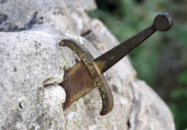 Ekskalibur nije u Britaniji nego u Republici Srpskoj: Srednjovekovni mač zaboden u stenu u reci Vrbas – VIDEO