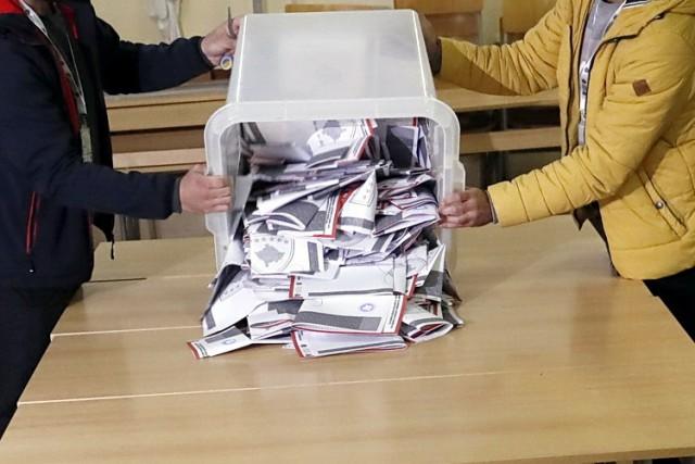 SKANDALOZAN MANEVAR PRIŠTINE: Brojali glasove iz Srbije pa završili na infektivnoj klinici – Zbog srpskih koverti dobili alergiju i svrab …