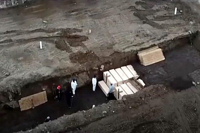 Jezivi snimci u SAD: Beskućnici umiru od korone, sahranjuju ih u masovne grobnice – VIDEO