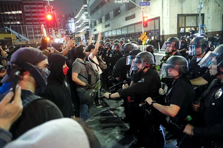 SAD na ivici građanskog rata – Policajci klekli pred demonstrantima – VIDEO