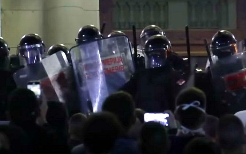 SNIMAK KOJI JE ŠOKIRAO JAVNOST: Zašto policija ovako brutalno bije narod – VIDEO