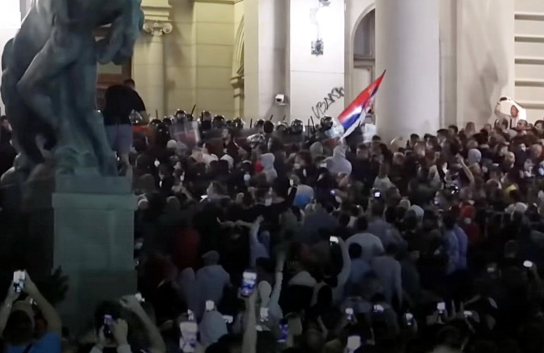 HIT GODINE: RTS izveštava sa protesta uživo a onda jedan demonstrant skine pantalone – VIDEO