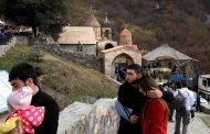 Azerbejdžanska vojska ulazi u Agdam – Jermeni zapalili kuće i otišli – Azeri u suzama celivaju džamiju