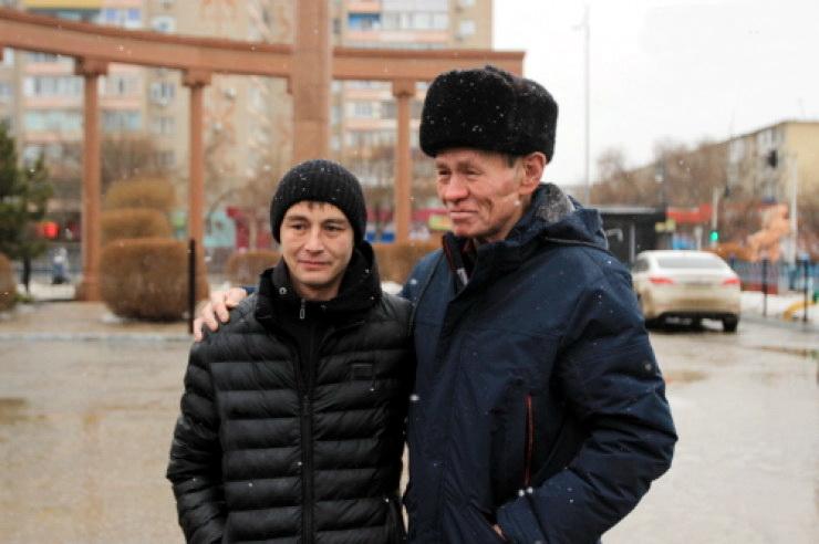 Potresna priča: Stanovnik Kazahstana pronašao sina 30 godina kasnije pomoću starih novina – VIDEO