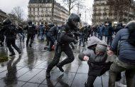 Haos u Parizu: Žestoki sukobi na protestima protiv zdravstvenih propusnica – VIDEO